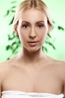 Молодая и красивая блондинка в полотенце