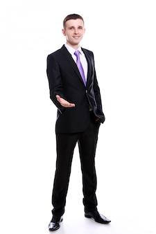 握手を提供しているハンサムなビジネスマン