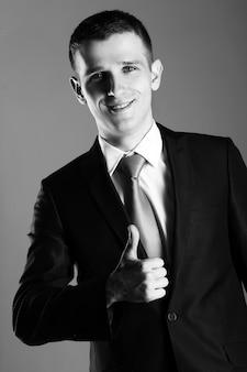 Портрет красивый бизнесмен показывает ок