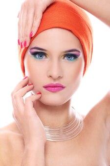 オレンジ色のショールで美しい女性