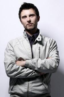 Молодой красивый парень в куртке
