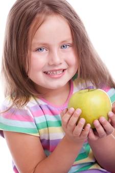 Милая счастливая девушка с зеленым яблоком