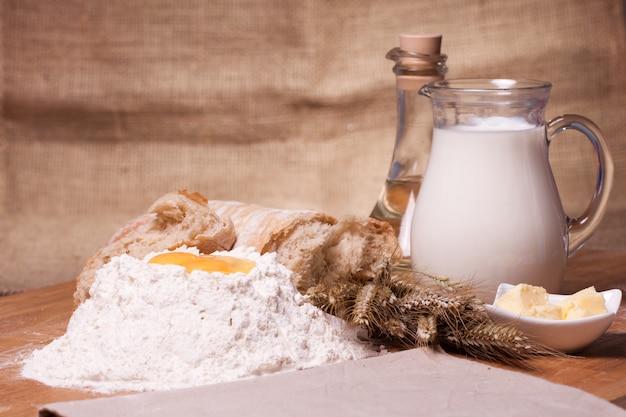 Различные ингредиенты для выпечки на столе