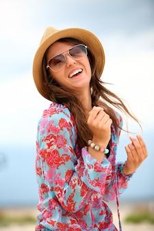 Молодая и счастливая женщина на пляже