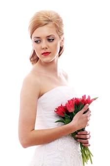 Женщина с свадебным платьем и букетом
