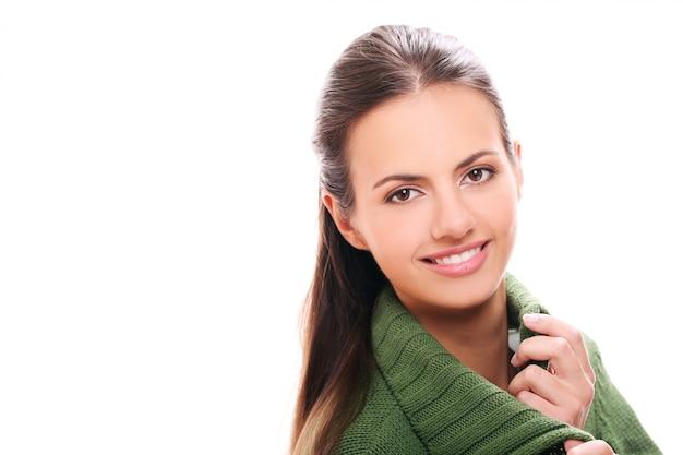 Молодая брюнетка женщина позирует