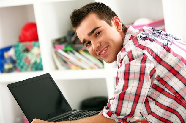 ラップトップコンピューターを持つ男