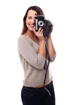 ビンテージ写真カメラを持つ美しい写真家女性