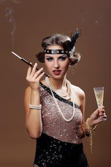贅沢な年配の女性が色付きの背景にポーズ
