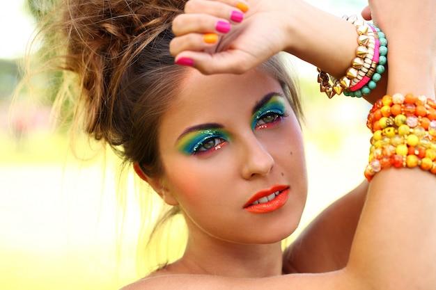 芸術的な化粧品で美しい女性
