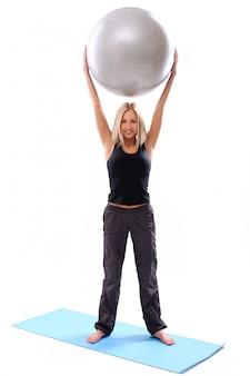 Молодая женщина с фитнес-мячом