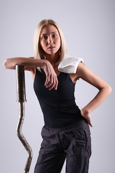 運動バーを持つ若い選手女性