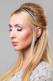 化粧品を持つ若い女