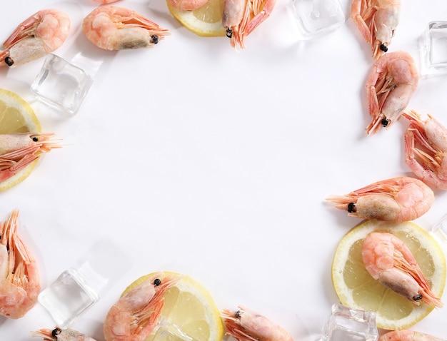 氷とレモンと新鮮なエビ