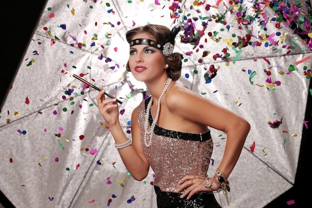 紙吹雪と幸せなパーティーの女性