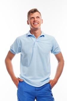 Красивый молодой парень в повседневной одежде