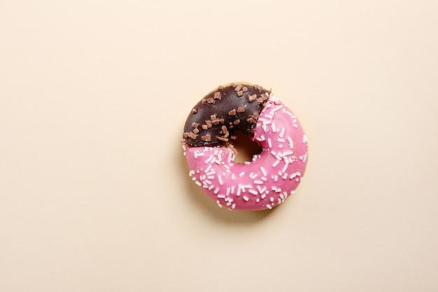 Реальный пончик с формой бизнес-диаграммы.