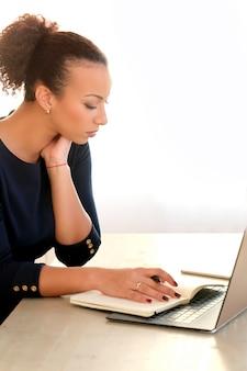ノートパソコンと議題で働く若い女性
