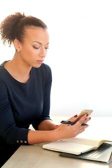 ノートパソコン、スマートフォン、議題で働く若い女性