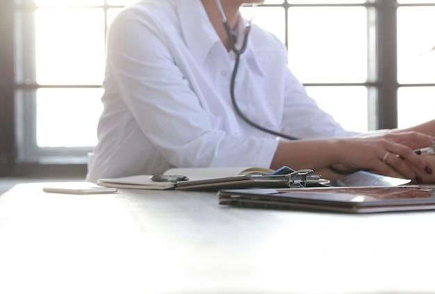 Женщина-врач работает, специалист по медицине