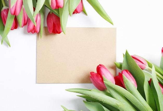 空白のグリーティングカードとチューリップの美しい花束