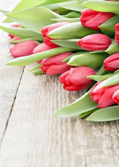 木製のテーブルにチューリップの美しい花束