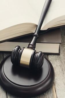 ハンマーと本。判決と法の概念