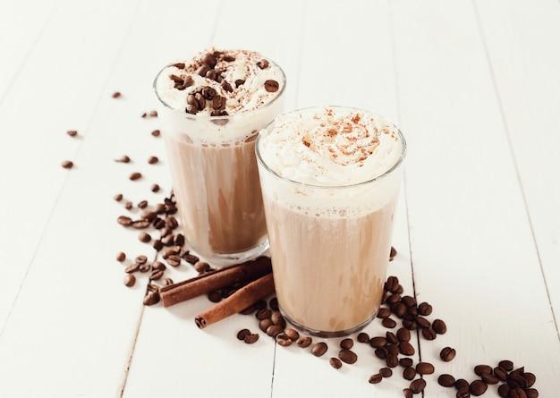 Вкусный кофе со взбитыми сливками