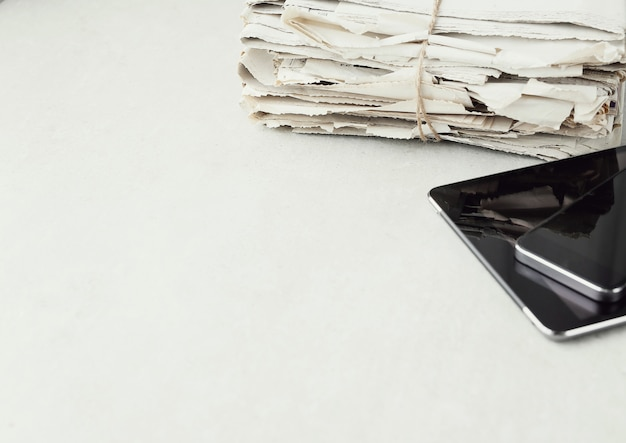 デジタルタブレットとスマートフォンの新聞のスタック