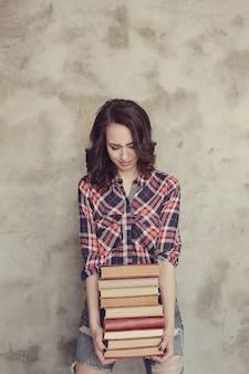 Красивая молодая женщина с книгами