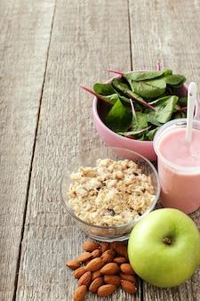 Здоровый завтрак, фрукты, йогурт и хлопья