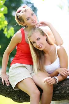 二人の女の子が公園で楽しんでいます。