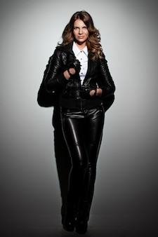 革のスーツで美しい女性