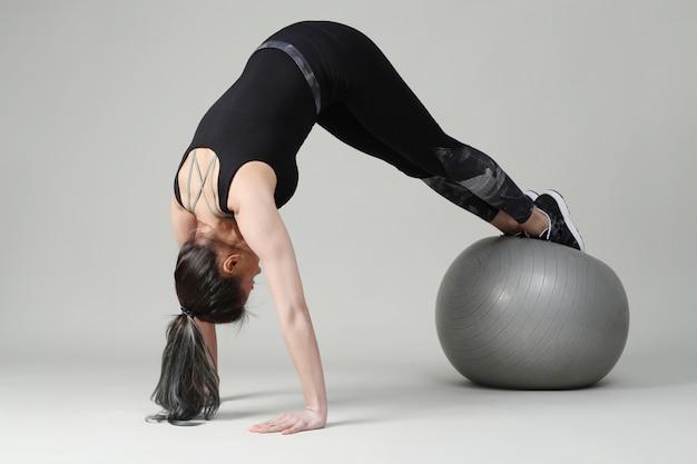 Молодая женщина осуществляет, фитнес