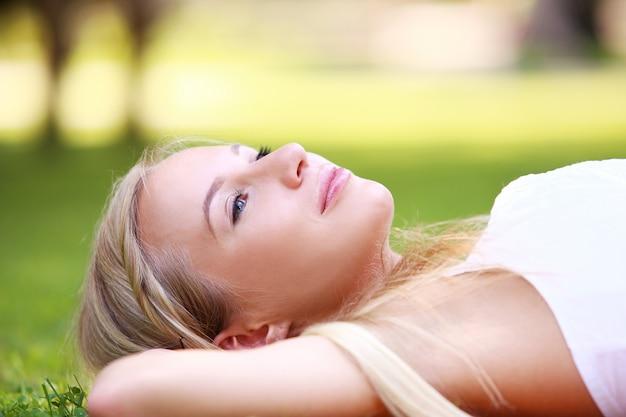 Красивая девушка с прекрасным временем в парке
