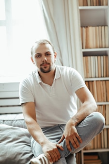 Мужская модель в белых тонах повседневной одежды