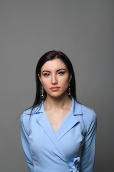Бизнес-леди в синей дизайнерской куртке