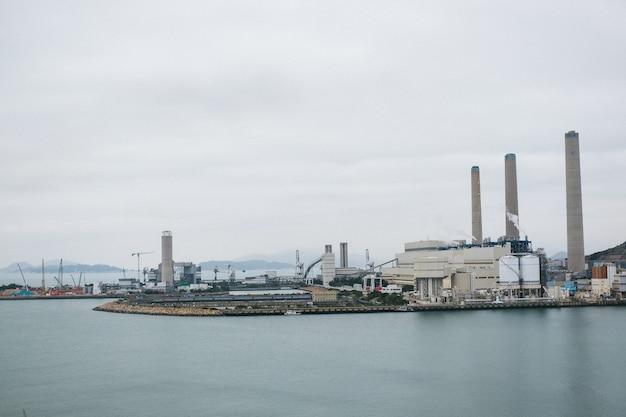Промышленный порт с бетонными зданиями