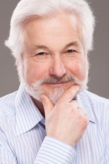 Красивый пожилой мужчина с седой бородой