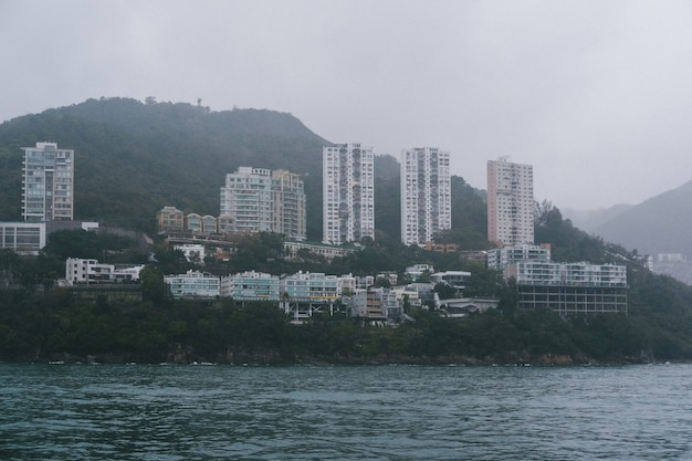 Высокие небоскребы густо расположены на берегу океана