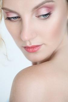 青い目を持つ美しい女性