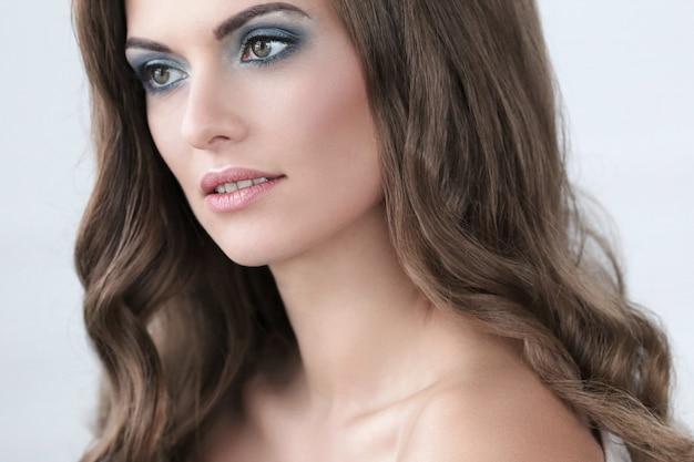 化粧品で美しい女性