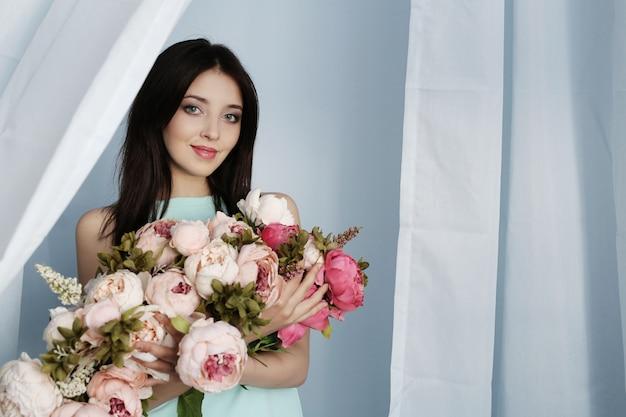 花の花束とかわいい女性
