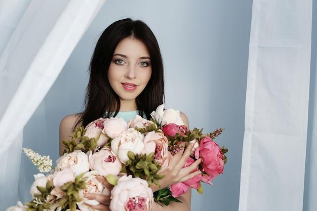 Милая женщина с цветочным букетом