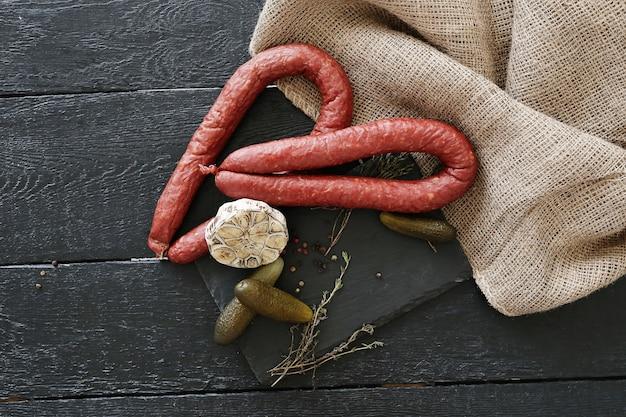 Жареные колбаски с ингредиентами