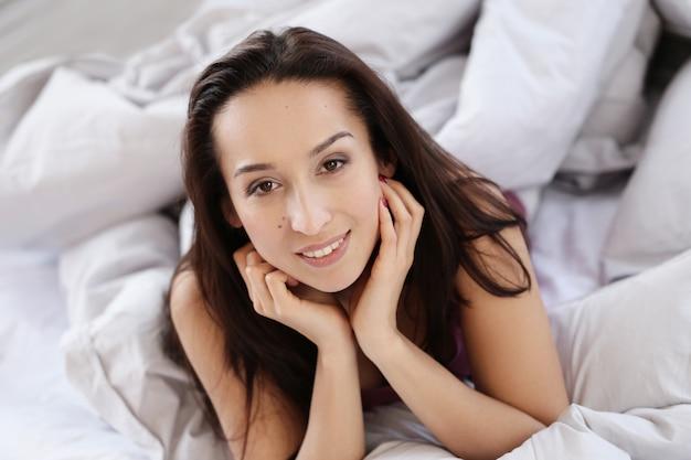 ベッドの上の素敵な女性