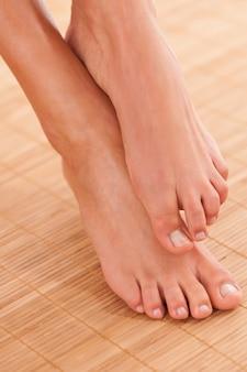 竹カバーの美しい女性の足