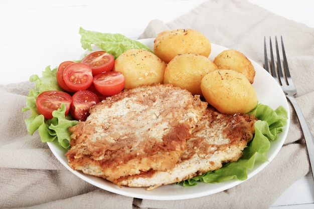 ステーキ、ゆでたジャガイモとサラダのおいしいディナー