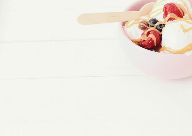 Мороженое со свежими ягодами