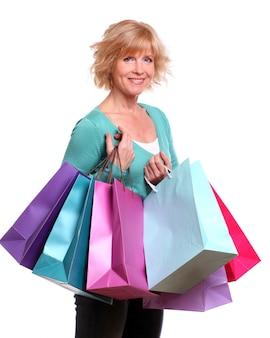 買い物袋を持つ中年女性